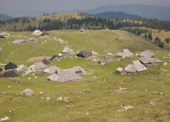 Monte Velika planina com casas de pastores