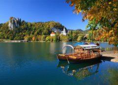 Bela cidade alpina de Bled com castelo